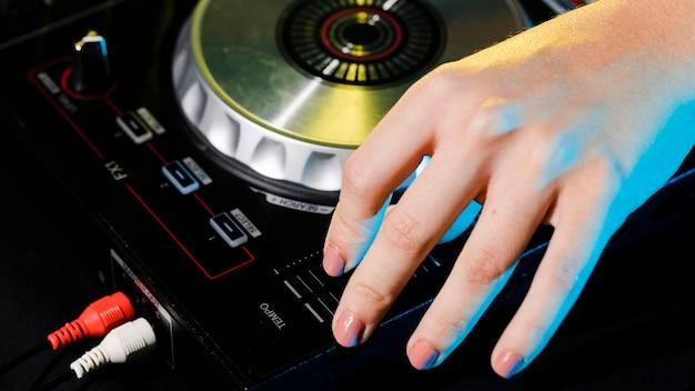 Console de mixage professionnelle dj haute angle Photo gratuit