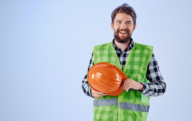 Constructeur Avec Casque Orange à La Main Et Gilet Réfléchissant Bleu Photo Premium