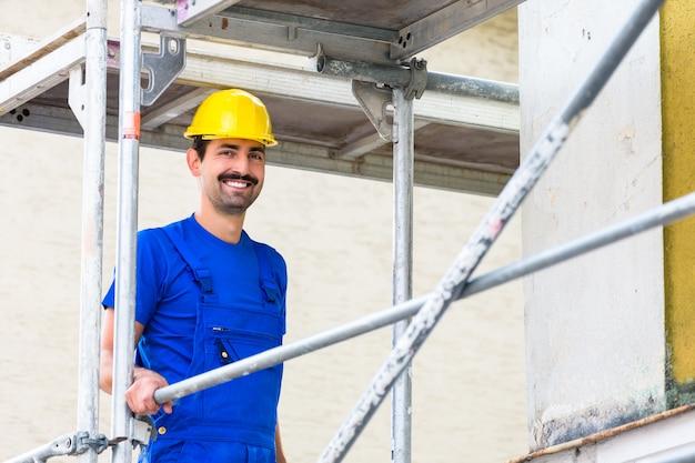 Constructeur sur chantier à l'échafaud Photo Premium