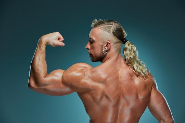 Constructeur De Corps Masculin Attrayant Montrant Les Muscles Photo gratuit