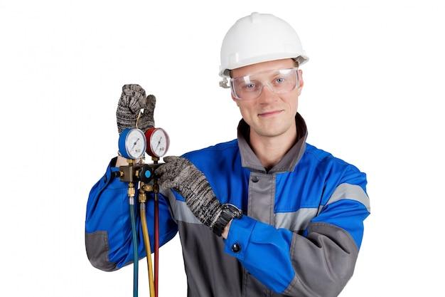 Constructeur, installateur de ventilation avec des outils à la main Photo Premium