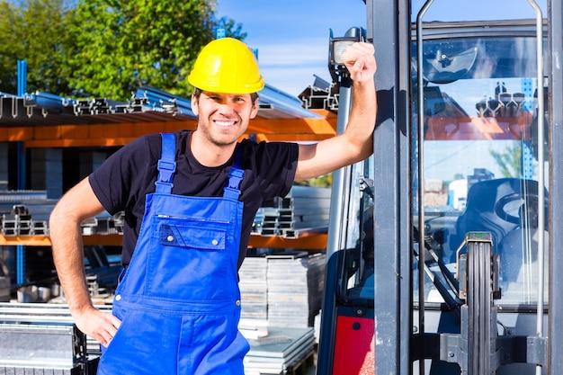 Constructeur Avec Transpalette Ou Chariot élévateur Photo Premium