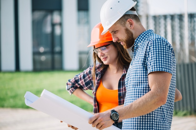 Constructeurs en train de lire le plan Photo gratuit