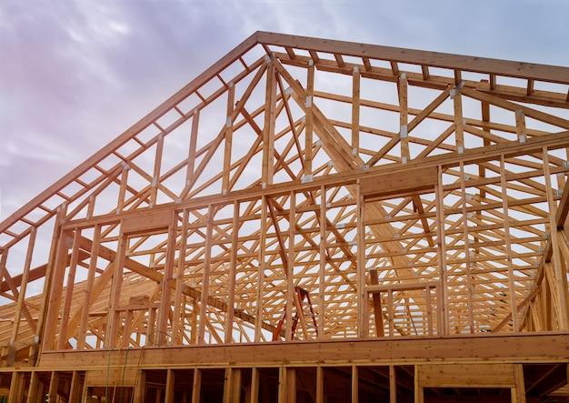Construction du bâtiment, construction de la maison neuve à ossature de bois en construction Photo Premium