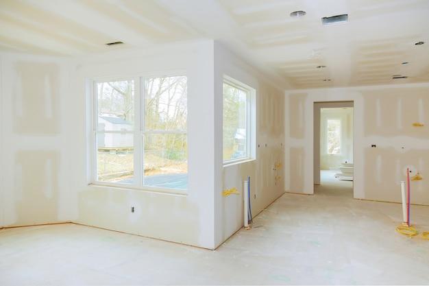 Construction intérieure d'un projet d'habitation avec cloison sèche installée et réparée sans application de peinture Photo Premium