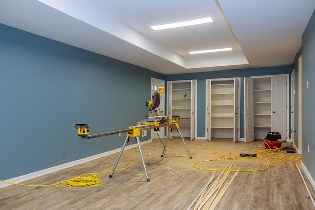 Construction intérieure d'un projet immobilier avec cloison sèche, porte installée dans une maison neuve avant l'installation Photo Premium