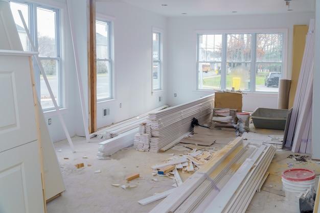 Construction intérieure d'un projet de logement avec cloison sèche, porte installée dans une nouvelle maison Photo Premium