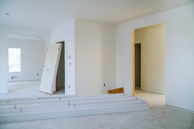 Construction intérieure d'un projet de logement avec porte et moulure installée Photo Premium