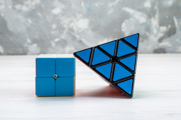 Construction De Jouets Colorés Conçu En Forme De Triangle De Couleur Bleue Sur La Lumière Photo gratuit