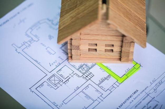 Construction d'une maison sur plans avec travailleur - projet de construction Photo Premium