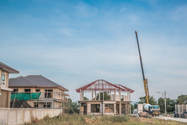Construction De Maisons Au Chantier De Construction Avec Camion-grue Photo Premium