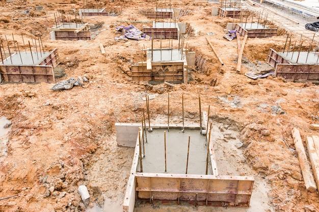 Construction de piliers en béton sur site, des coffrages en bois temporaires sont utilisés pour former du béton coulé Photo Premium