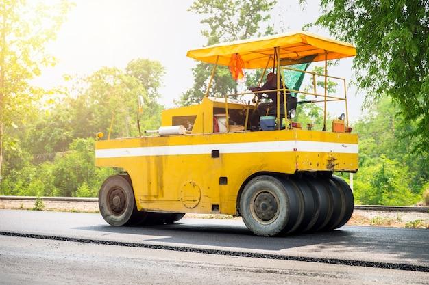 Construction de route asphaltée avec camion machine et rouleau compresseur à l'autoroute en thaïlande. Photo Premium
