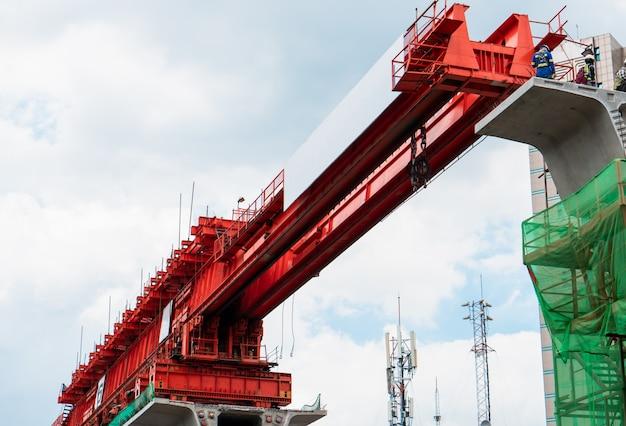 Construction d'une structure en béton de chemin de fer à l'aide d'un lanceur de poutres en treillis Photo Premium