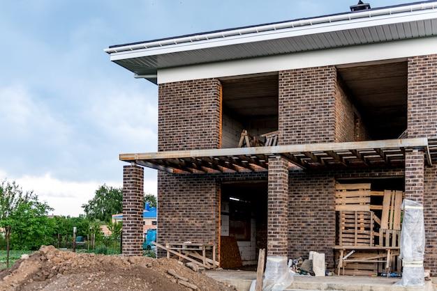 Construction de toitures et construction d'une nouvelle maison en briques avec cheminée modulaire Photo Premium