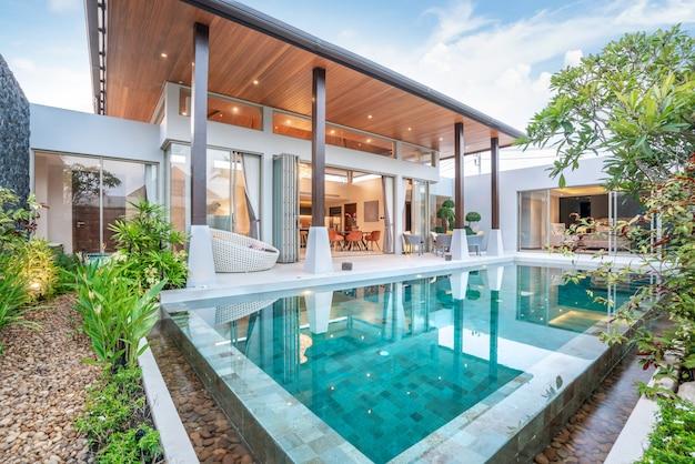 Constructions résidentielles ou résidentielles extérieur et décoration intérieure montrant une villa de piscine tropicale avec jardin Photo Premium