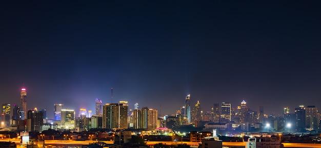 Construire avec ciel la nuit à bangkok, thaïlande Photo Premium