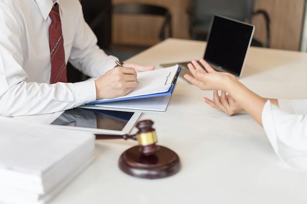 Consultation Entre Un Avocat Et Des Hommes D'affaires à Propos De La Législation Et De La Réglementation. Photo Premium