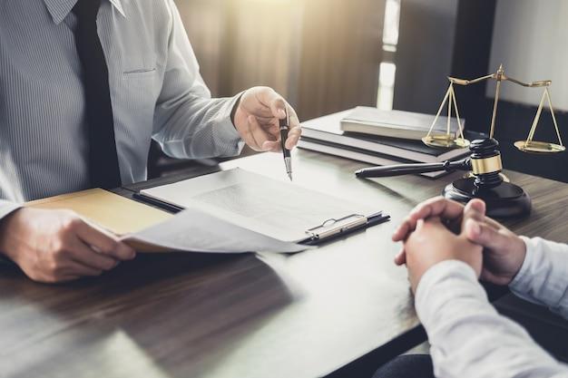 Consultation entre un homme d'affaires et un avocat ou un juge consultant une réunion d'équipe Photo Premium