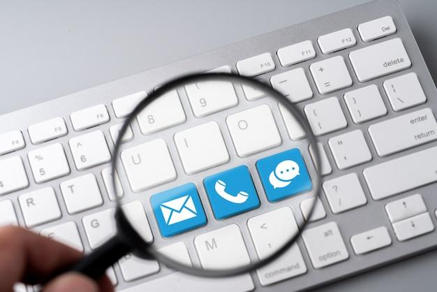 Contactez-nous icône métier sur le clavier de l'ordinateur dans un style rétro Photo Premium