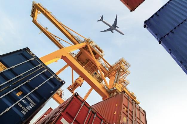 Container cargo fret avec pont de chargement de grue de travail dans le chantier naval pour logistic Photo Premium