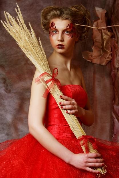 Conte De Fée. Théâtre. Femme En Robe Rouge. Coiffure Et Maquillage Fantastiques. Fantaisie. Photo Premium