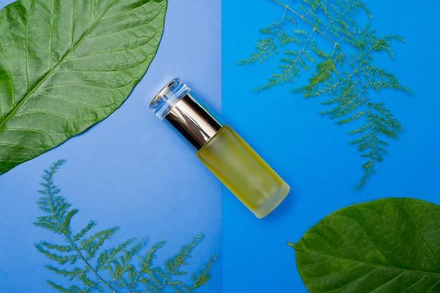 Contenants de bouteilles cosmétiques naturels sur fond de papier de couleur Photo Premium
