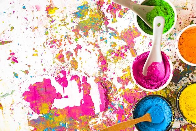 Contenants avec des cuillères et des couleurs vives et sèches Photo gratuit
