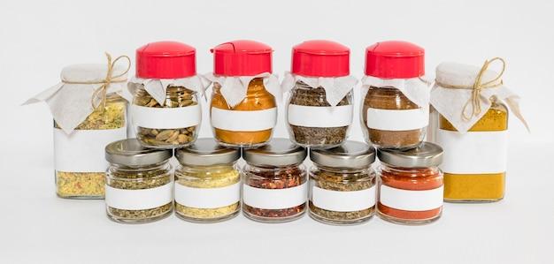 Contenants étiquetés Avec Différents Condiments Photo gratuit