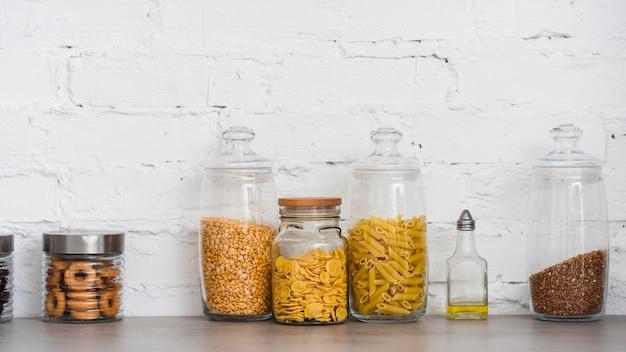 Contenants de pâtes sur le comptoir Photo gratuit