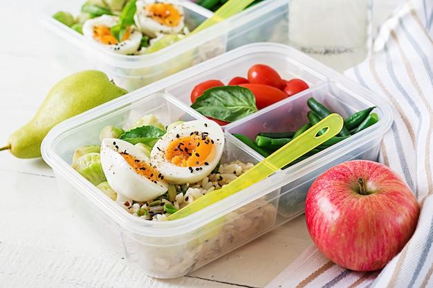 Contenants de préparation de repas végétarien avec œufs, choux de bruxelles, haricots verts et tomates. Photo Premium