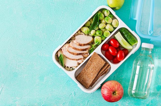 Contenants de préparation de repas verts sains avec filet de poulet, riz, choux de bruxelles et légumes Photo Premium