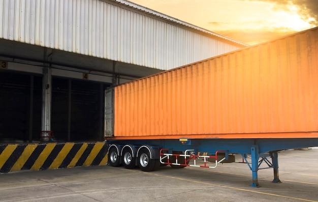 Le Conteneur De Camions Amarrage Charge Cargaison à L'entrepôt, Transport Logistique De L'industrie Du Fret Photo Premium