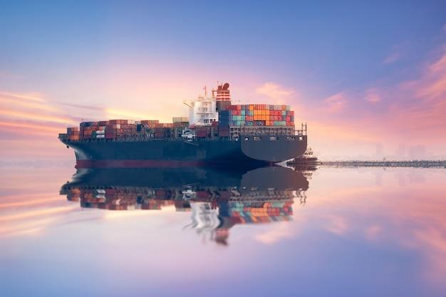 Conteneur industriel cargo fret maritime par grue logistic import export dans le chantier naval Photo Premium