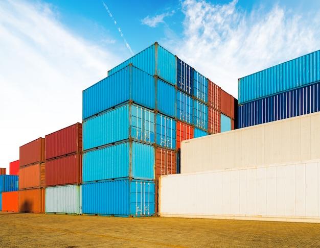 Conteneur industriel cour de la logistique d'importation et d'exportation des entreprises sous le ciel bleu Photo Premium