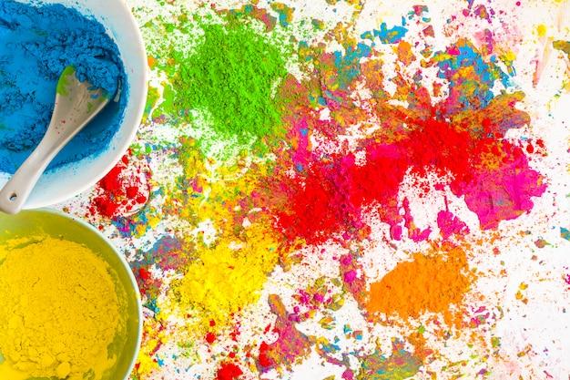 Conteneurs avec des couleurs bleu et jaune près de la pile de couleurs vives sèches Photo gratuit