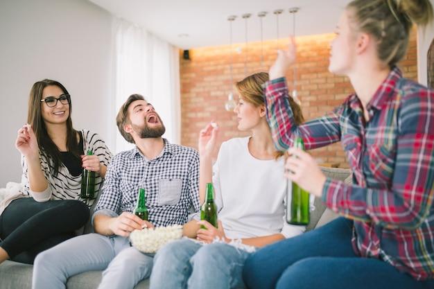 Content Amis Jouant Avec Popcorn S'amuser Photo gratuit