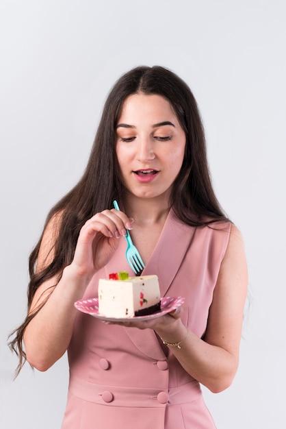 Contenu femme manger gâteau d'anniversaire Photo gratuit
