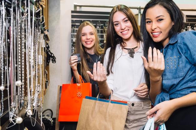 Contenu des femmes faisant des gestes à la caméra en magasin Photo gratuit