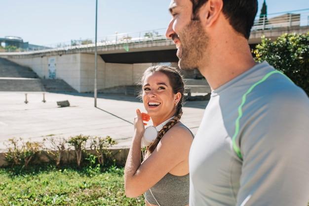 Contenu Rire Couple Après L'entraînement Photo gratuit