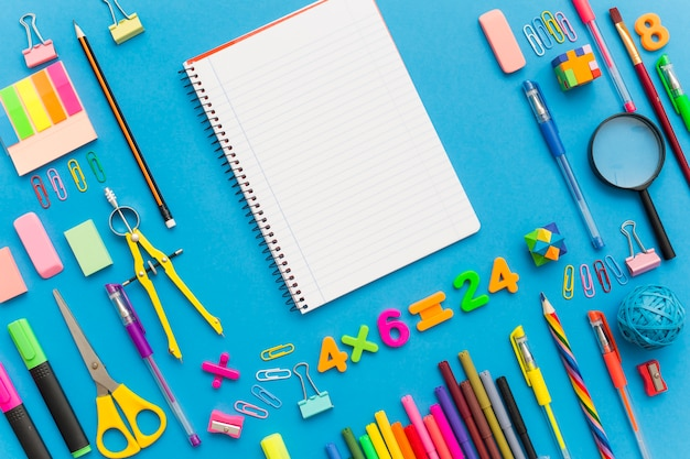 Contexte de l'éducation scolaire avec devoirs vierges pour l'espace de copie. Photo gratuit
