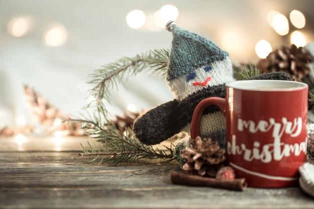 Contexte Festif Avec Une Tasse Et L'inscription Joyeux Noël. Photo gratuit