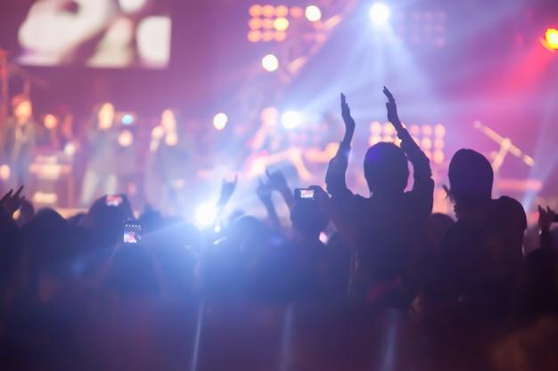 Contexte d'image floue d'un concert de nombreux spectateurs dans un grand concert de rock. Photo Premium