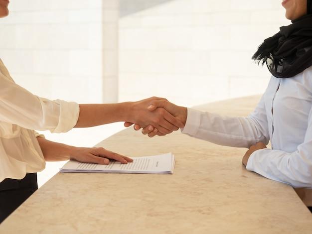 Contrat de fermeture des partenaires commerciaux Photo gratuit