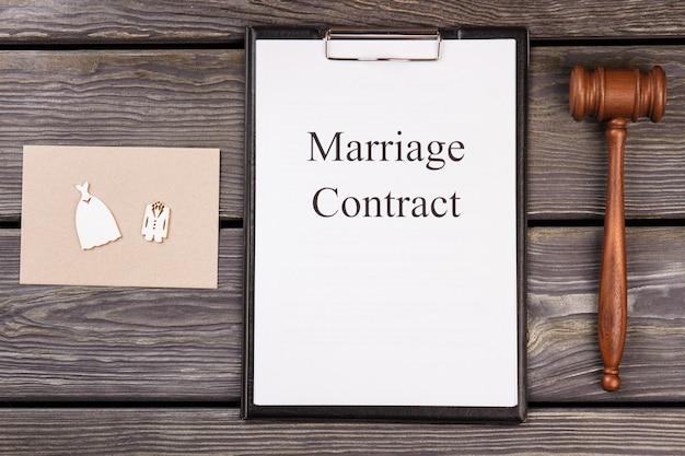 Contrat De Mariage Et Marteau En Bois Sur Le Bureau. Photo Premium