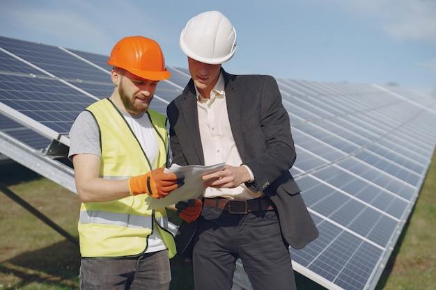Contremaître Et Homme D'affaires à La Station D'énergie Solaire. Photo gratuit