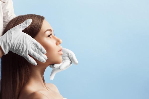 Contrôle de la peau avant la chirurgie plastique Photo Premium