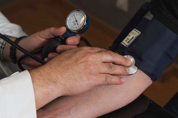 Contrôle de la pression artérielle Photo gratuit