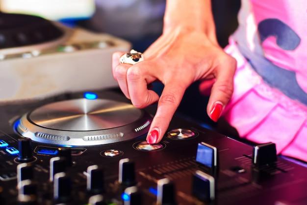 Contrôleur de musique dj main girls pour mixer de la musique en club Photo Premium