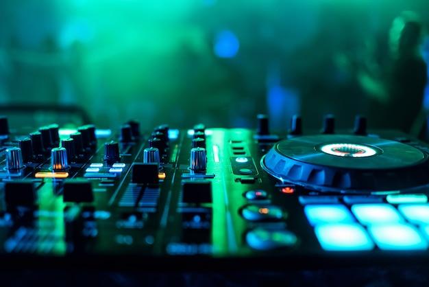Contrôleurs et régulateurs mixer de la musique dj pour jouer de la musique Photo Premium